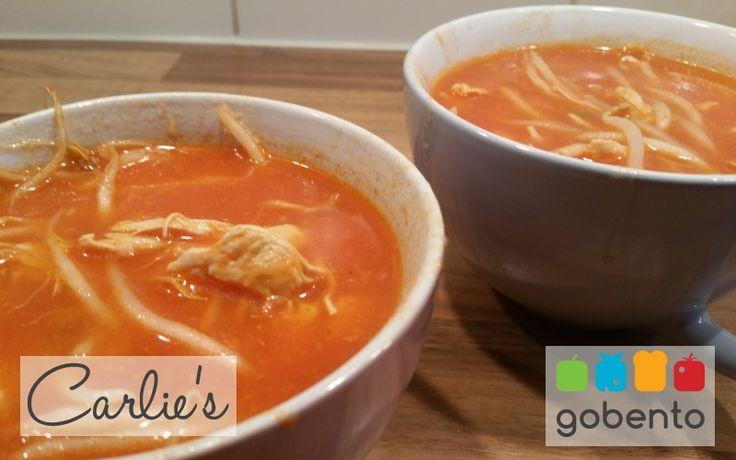 Zoetzure tomatenkippensoep, snel, voedzaam en gezond, passend in een koolhydraatarme dieet. Onderdeel van de koolhydraat arme weekmenu's op gobento.nl.