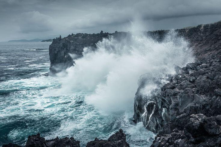 Рыбак и океанский прибой. Португалия. Азорские острова, о. Сан-Мигель.