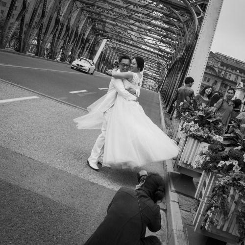 The wedding dance… the brides bridge, Shanghai. urban wedding photography. Friday, 10th June, 2016. Photography Wil Graham