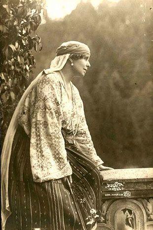 Imagini pentru rochia de incoronare a reginei maria