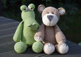 Kan en bamse og en krokodille være gode venner?  Måske ikke, men i hækleverdenen kan alt lade sig gøre..        Bamsen har jeg snart hækl...