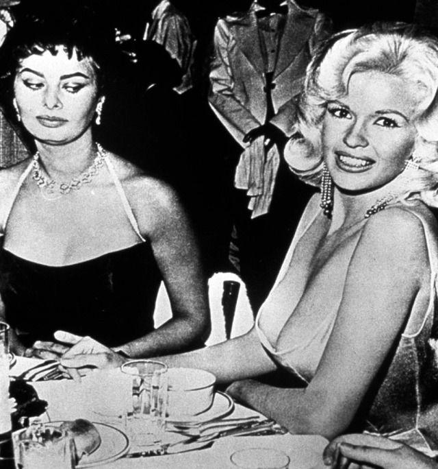 """""""Bałam się, że jej sutki wyskoczą na mój talerz"""". Sophia Loren o biuście Jayne Mansfield. http://www.tvn24.pl/wiadomosci-ze-swiata,2/balam-sie-ze-jej-sutki-wyskocza-na-moj-talerz-sophia-loren-o-biuscie-jayne-mansfield,484835.html"""
