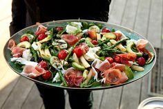 Heerlijke salade van pasta met ruccola, groene asperges, mozzarella, parmaham, avocado, kerstomaatjes en courgettes!!