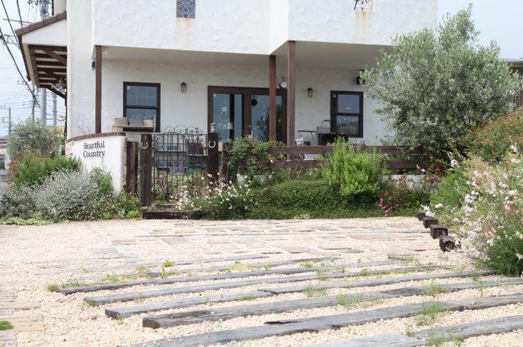 駐車スペース / ウッドフェンス / アイアン門扉 / 植栽 Total Garden Design