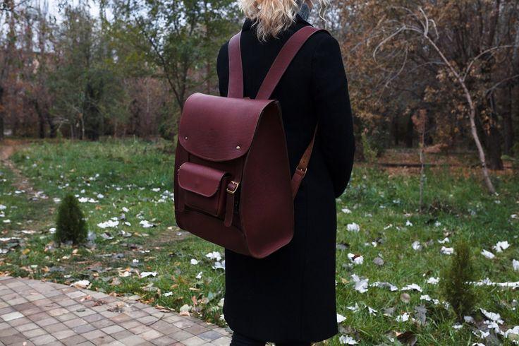 Городской кожаный рюкзак   Made: Волжский   Материалы: Кожа Size: 30х11.5см(вверху) 30х17см(внизу), на лицевой 28х11.5см, высота 39 см  - Верх рюкзака имеет вырез для удобного доступа в внутреннюю часть рюкзака. - Внутри подвесной карман на молнии для документов и вещей, карман на спинке на магнитной застежке.   Изготовление: 10 дней. Возможна очередь.   Точное повторение невозможно.     Цена: 13600р.   по России: 300р.   в другие страны: по запросу      Заказать: vk.com/write8515542…