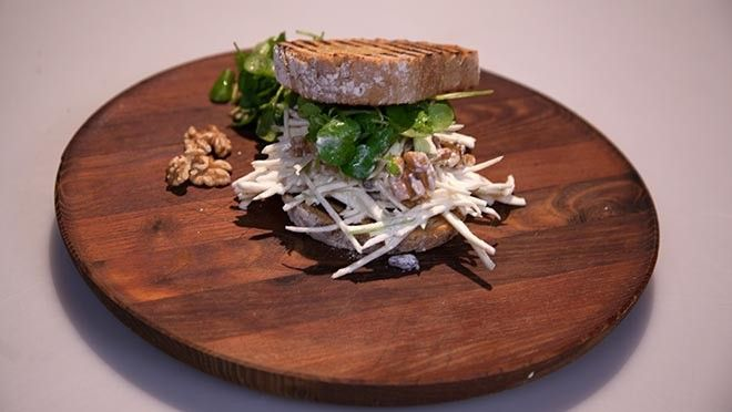 Clubsandwich met waldorfsalade en cresson - recept | 24Kitchen