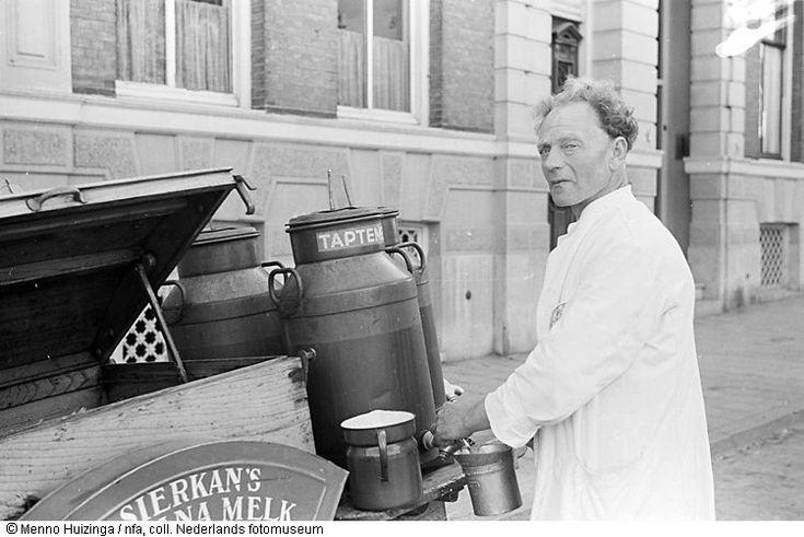 Melkman verkoopt taptemelk, Den Haag (herfst 1944) - Het Geheugen van Nederland - Online beeldbank van Archieven, Musea en Bibliotheken