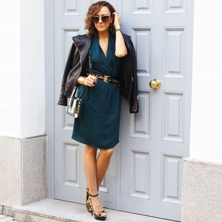 Vestido verde azulado, melena mido, ondas, gafas en verde y dorado,zapatos de leopardo, cinturón de leopardo, cazadora perfecto en piel negra, bolso rígido , verde y blanco .
