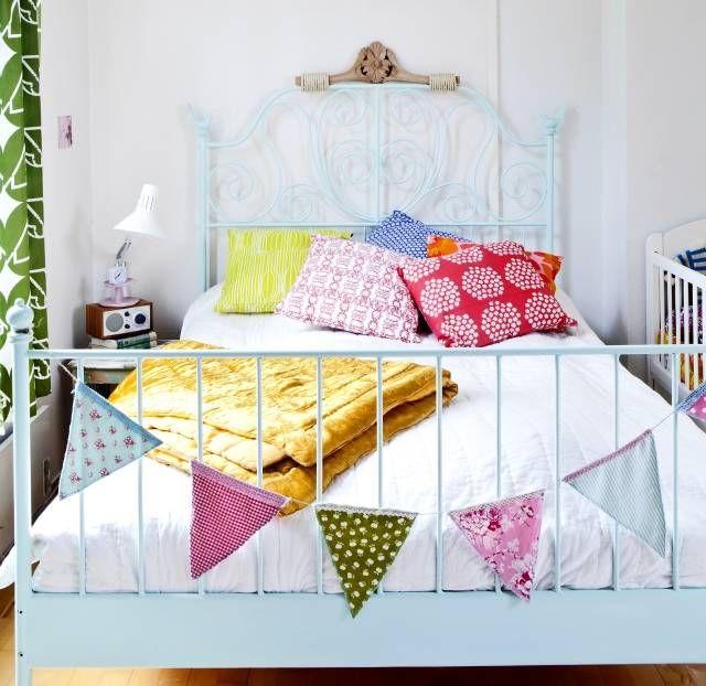 100-vuotiaassa puutalossa asuvan nuoren parin makuuhuone on iloisen boheemi. | Unelmien Talo&Koti Kuva: Tiiu Kaitalo Toimittaja: Anne Sneck