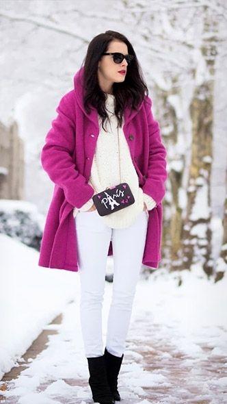 Фиолетовое пальто, белые брюки, черные ботильоны