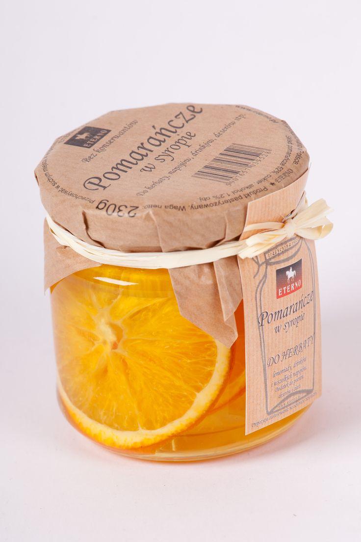 Pomarańcze w syropie, do napojów, deserów i potraw. Oczywiście po cytrynie i limonce przyszedł czas na pomarańcze. Słoneczne i soczyste plastry pomarańczy, nadadzą się nie tylko do sporządzania smakowych napojów, bo są świetne do pieczenia mięs, zwłaszcza drobiu. Dzięki nim pieczenie zachowają soczystość.