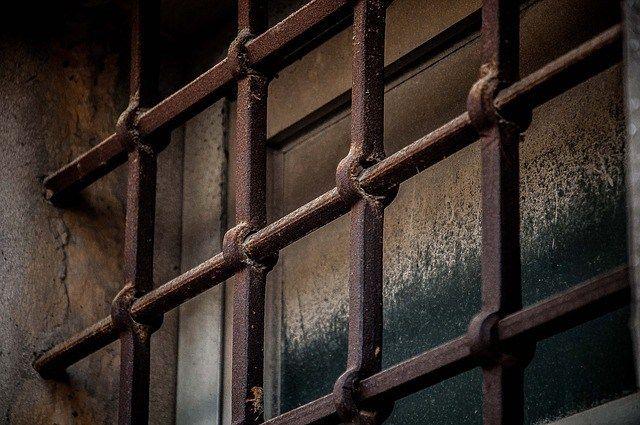 Innanför gallret till ett mentalt fängelse - insikter nu och då