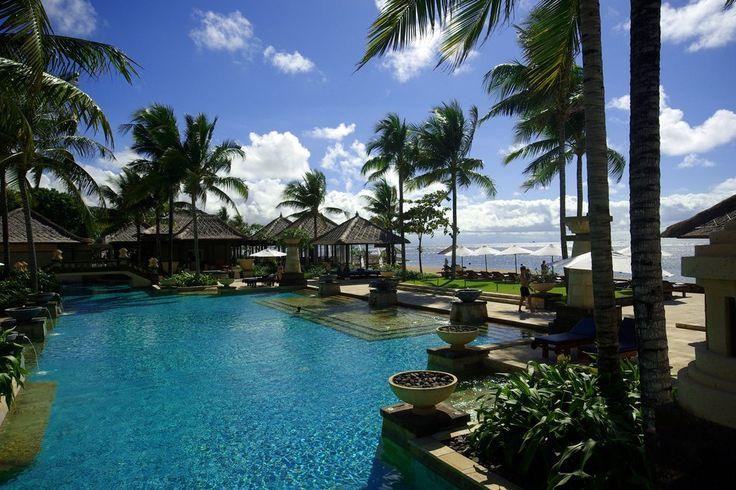 Conrad Bali Resort en Spa, zwembad met uitzicht het witte zandstrand. Luxueus genieten op het eiland van de Goden en Demonen.