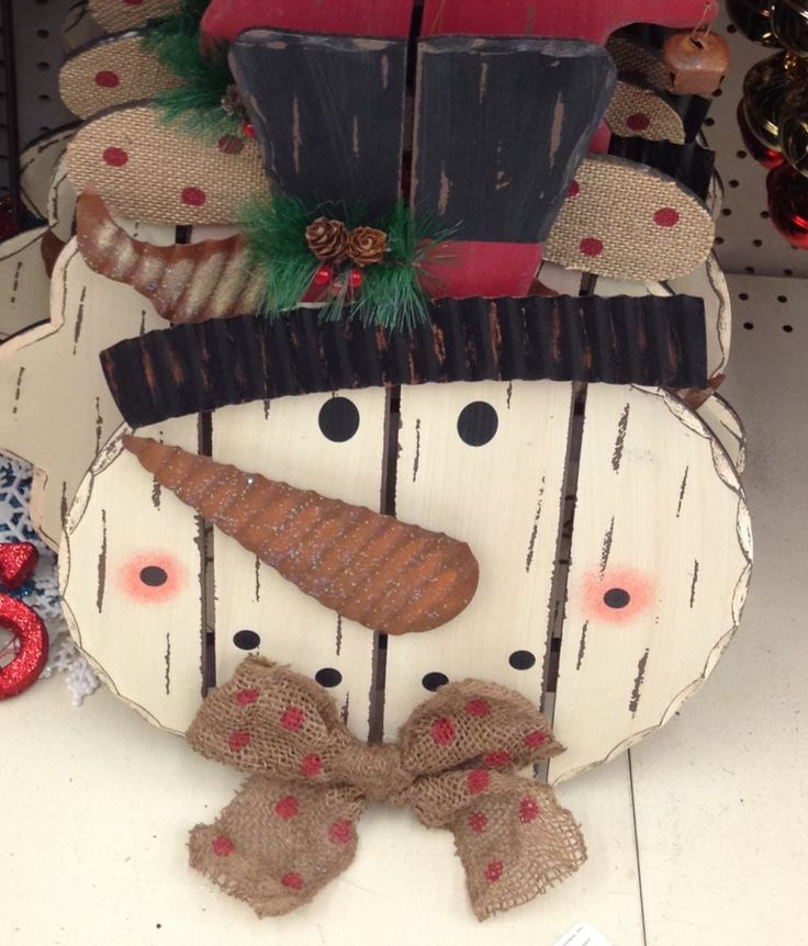 825 best crafts christmas primitive images on pinterest for How to make a wood pallet snowman