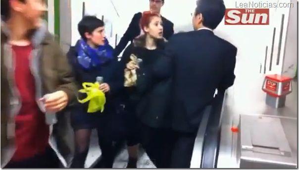 La pelea del siglo: Ejecutivo japonés borracho vs. las escaleras mecánicas del metro de Londres - http://www.leanoticias.com/2012/11/16/la-pelea-del-siglo-ejecutivo-japones-borracho-vs-las-escaleras-mecanicas-del-metro-de-londres/