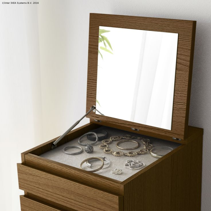 Comoda MALM are un compartiment potrivit pentru depozitarea ceasurilor sau bijuteriilor.