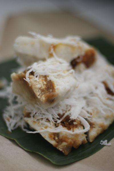 Kue Dodongkal. kue beras ini wajib bgt dicoba , kue ini biasanya tersaji di atas daun pisang dengan taburan kelapa parut yg banyak . romatisnya makan kue ini adalah momen dimana kamu bisa suap-suapan dengan si doi , secara penjual dodongka gak nyediain sendok . hehehe