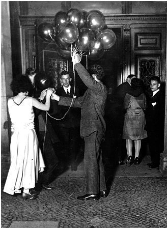 'Berlin bei Nacht', Vor dem Tanzlokal, 1930, Ernst Thormann, Arbeiterfotograf, Fotografien aus dem Deutschland der Weimarer Republik | arbeiterfotografie.com