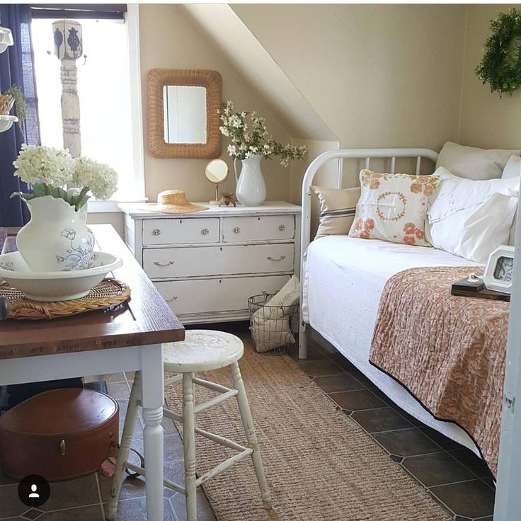 25 Chic And Serene Green Bedroom Ideas: Pretty Cottage Bedroom/office