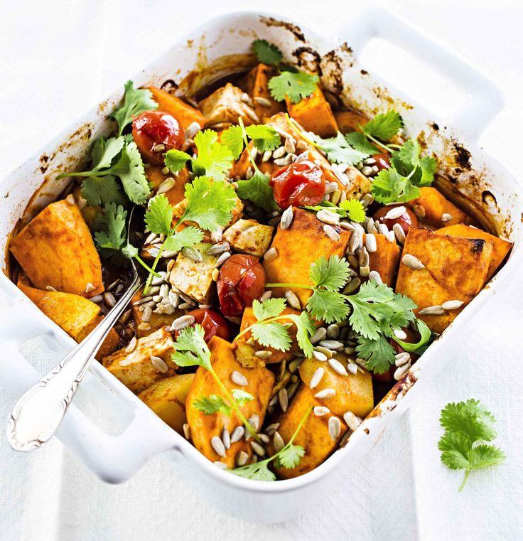 Helppo ja nopea kasvisruoka syntyy uunijuureksista ja tofusta. Tarjoile kasvispata sellaisenaan pääruokana tai vaikkapa riisin kera.
