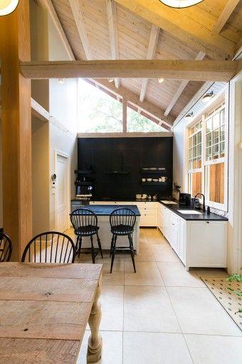 杉の木組みのナチュラルな空間に、モダンなキッチンが映える。家のまわりの落葉樹が、夏には光を遮り、冬には枯れて日差しを招き入れる。