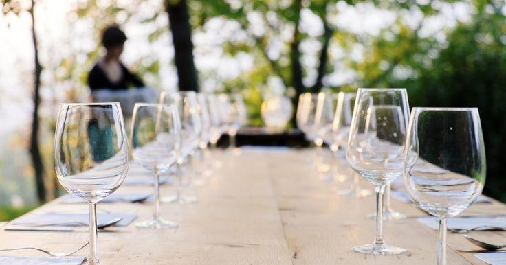 Diferencias entre copas de vino y agua. Las copas tienen tres partes. Está la boca, el bol y el tallo. La forma de los dos primeros determina su propósito. Puedes beber vino y agua de cualquier copa, pero emparejarla con el propósito se suma al disfrute.