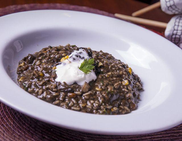 "risoto de cuitlacoche con gruyere e chipotle arroz arborio com cuitlacoche -a ""trufa"" mexicana que cresce nas espigas de milho- com queijo gruyere e toque de chile chipotle. R$43 / R$61"