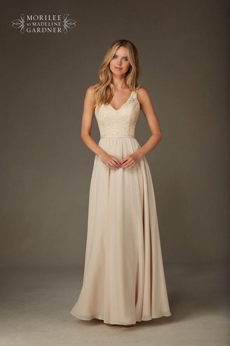 Długa wieczorowa suknia Mori Lee. Piękna lejąca spódnica z szyfonu i koronkowy gorset z dekoltem w kształcie V, który wydłuży …