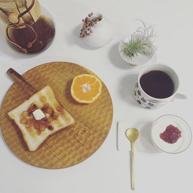 2017/01/12 07:35:52 taako_hibi おはようございます☺︎ 今日はトーストに頂いた#アオハタ さんのアップル&シナモンジャム。開けた瞬間アップルパイみたい!と思って楽しみにしていました。 角切りりんごがかわいく手軽にアップルパイ風、美味しかったです。 * * * #朝ご飯#朝食#朝時間#トースト#アオハタ#アオハタジャム#バルミューダ#ヨーグルト#みかん#果物#フルーツ#コーヒー#ケメックス#小沢賢一 さん#辻和美 さん#アラビア#パラティッシ#うつわ#器#陶芸#真鍮カトラリー#花のある暮らし#ペッパーベリー #エアプランツ#日々#暮らし#シンプル