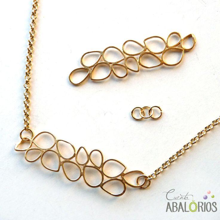 Fornitura para bisutería que encontrarás en www.cuentaabalorios.com. Pieza de latón con flash de Oro que podras poner en colgantes o pulsera. #pulsera #abalorios #hoja #complementos