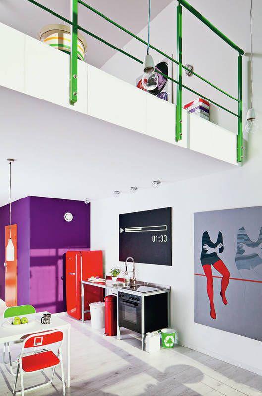 W tym loftowym wnętrzu wykorzystano wszystkie możliwości by podkreślić jego nowoczesny i przestrzenny charakter. Ściany i podłogi są w chłodnych barwach, za to dodatki i elementy dekoracyjne dobrano w soczystych, energetyzujących kolorach. Brak tu osobist