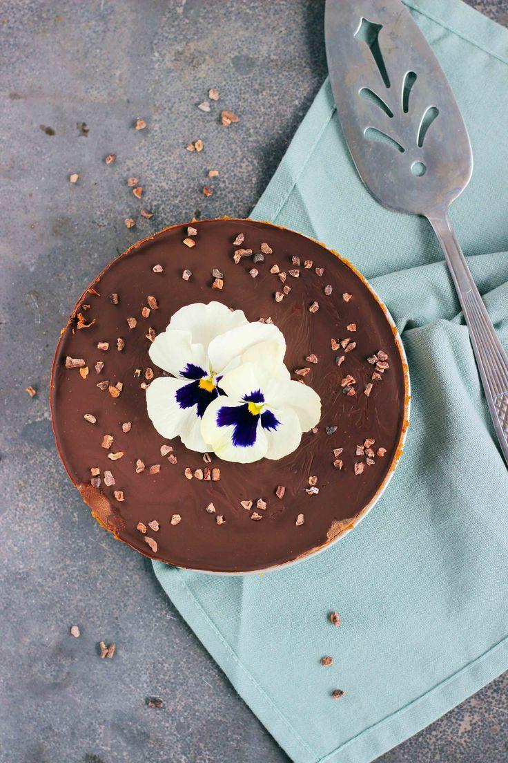 """Met twee vrije dagen in het vooruitzicht dook ik weer de keuken in. Heerlijk om dan weer allerlei recepten uit te proberen. Zo ook dit """"Snicker"""" taartje. Je kent ze vast wel, die repen met pinda's, karamel en chocola. Lekker, maar helaas niet zo diervriendelijk. Dit taartje daar in tegen wel! Dadels, chocola en noten"""