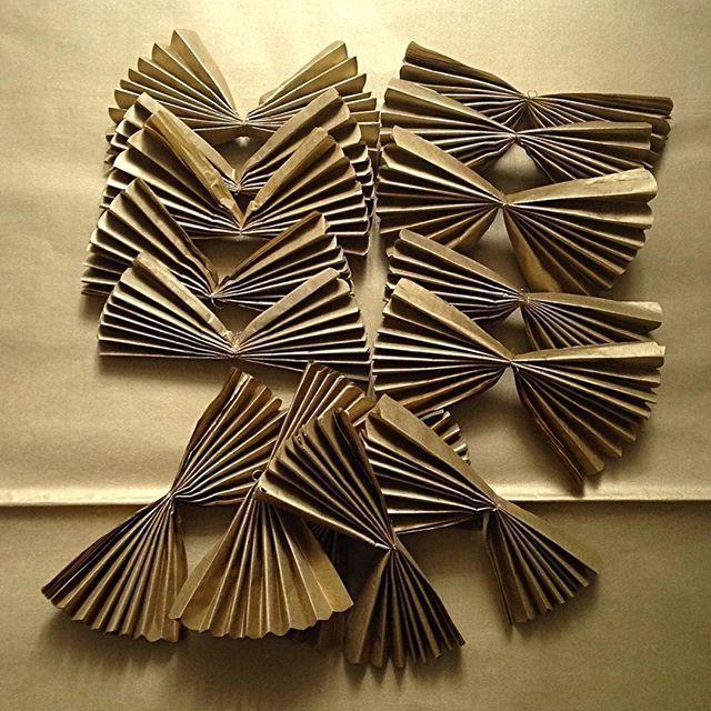 Zlaté pompomky (15cm). Pompomky posílám nerozložené! Otevřu je pro zákazníka jen na požádání a jen při osobním odběru (Praha) 🙂 #pompom #papirovekvetiny #kvetiny #kytky #dekorace #svatebnidekorace #svatba #luxurylifestyle #butik #vyroci #oslava #party #prague #hedvabnypapir #tissuepaperprague #handmadeprague #rucniprace #ceskaznacka #mojeprace #czechgirl #inspirace #krasnerano