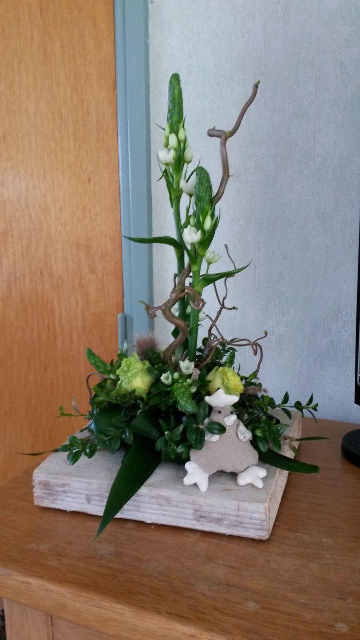 pasen 2015 bloemstuk op steigerhoutplank