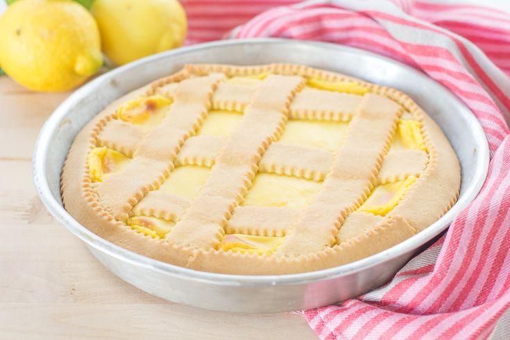 Una volta cotta, lasciamo raffreddare completamente la crostata al limone prima di rimuoverla dallo stampo.
