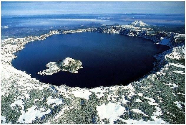 Lago Crater,Estados Unidos,é cercado por montanhas e foi formado pela erupção do vulcão Mount Mazama(canto inferior esquerdo).