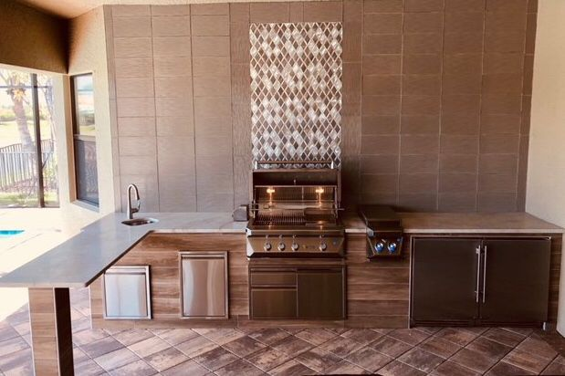 This L Shape Kitchen Is Fully Equipped With A Luxurious Twin Eagles Grill Beautiful Backsplash Design With Images Outdoor Kitchen Outdoor Remodel Kitchen Designs Layout