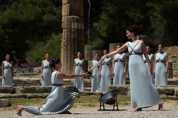 La flamme des jeux Olympiques de Rio a été allumée conformément au rituel traditionnel sur le site grec d'Olympie, berceau des Jeux de l'antiquité et point de départ du relais à travers la Grèce puis le Brésil.
