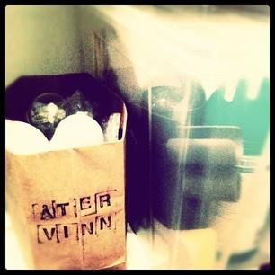 Sofie Lindekratz tipsar om att man kan stämpla budskap på gamla pappåsar och samla uttjänta lampor i dem