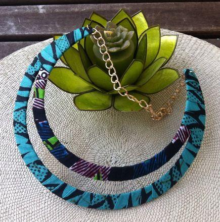 Joli collier ras du cou à deux niveaux fait avec deux tissus différents l'un de couleur bleu turquoise et noir, l'autre vert, bleu, blanc et noir. Il habillera vos tenues d'une p - 16397906
