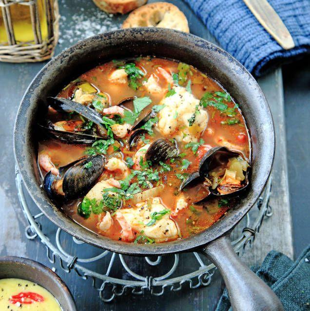 Fisksoppa eller fiskgryta hittar man runt hela Medelhavsområdets kustlinje. Servera med en klick citronaioli och ett gott bröd, eller crostini med olivolja och flingsalt.