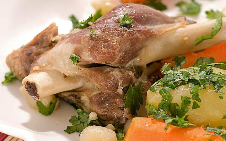 Kuzu incik tarifinde kısa sürede, yüksek ateşte kızartılan kuzu incikler; kök sebzelerle birlikte fırında, ağır ağır pişmeye devam ediyor.