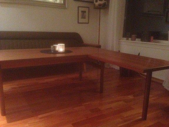 Teak sofabord fra Aase Møbler, produsert sent 1960 tallet, med innlagt klaff slik at det er mulig å lage hjørnebord, både på venstre og høyre side. Se bildet. Bord: l: 160 cm, b: 70 cm, h: 53,5 cm. Klaff: l: 75 cm, b: 50 cm, h: 53,5 cm. pris kr 2 900,-