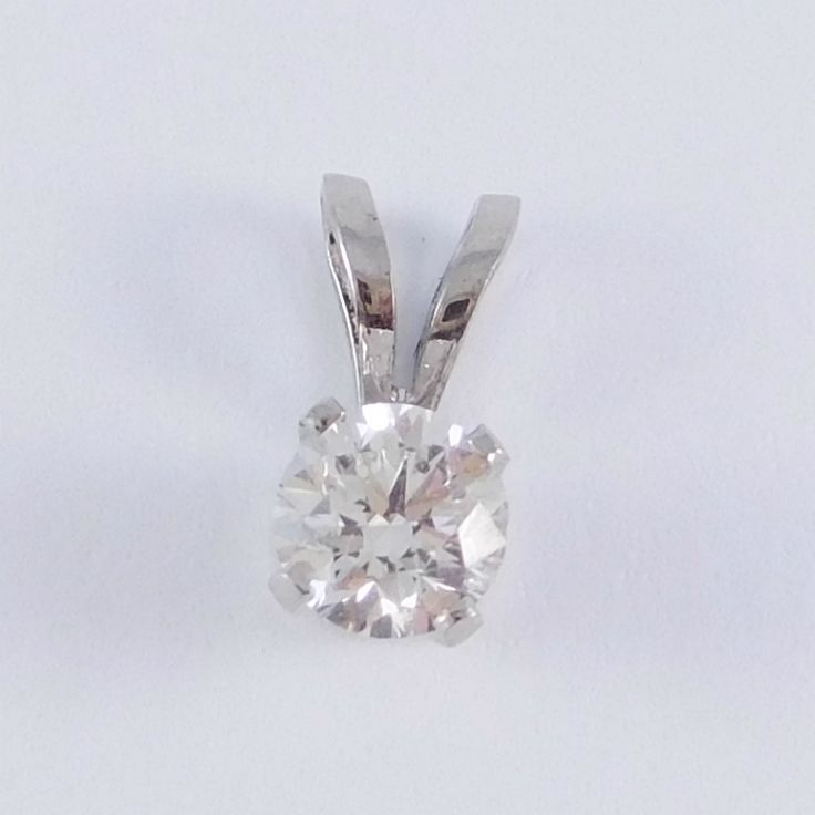 Fehérarany foglalt gyémánt köves medál  Súly: 0,23 g   ÉKSZER TÍPUSA: Egy köves  DRÁGAKÖVEK: Gyémánt   ARANY: 14K   ÉKSZER SÚLYA: 0,92 g   ARANY SZÍNE: Fehér arany   BRILIÁNS TISZTASÁGA: SI2  BRILIÁNS SZÍNE: H  BRILIÁNS SÚLYA: 0,190 ct