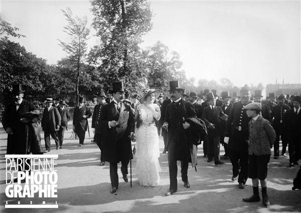 Cécile Sorel avec, à droite, Maurice Barrès et à gauche Léon Bérard lors de l'inauguration du monument de Le Nôtre aux Tuileries. 21 mai 1913 - Photo d'Albert Harlingue (1879-1963)
