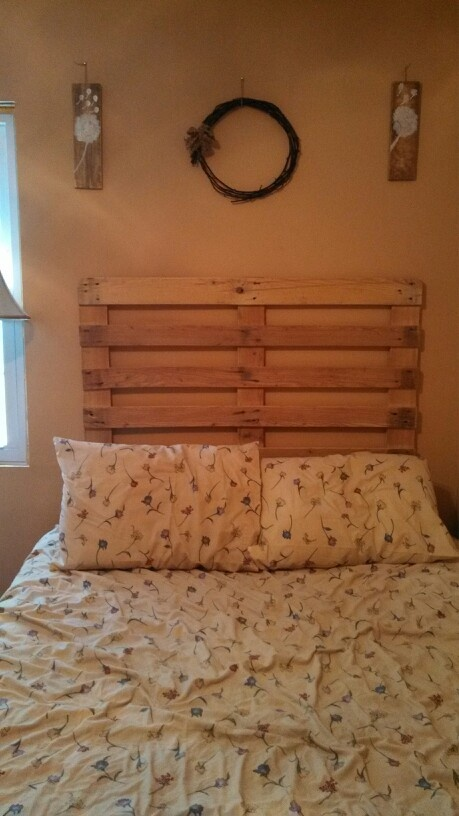 Head board made from a pallet