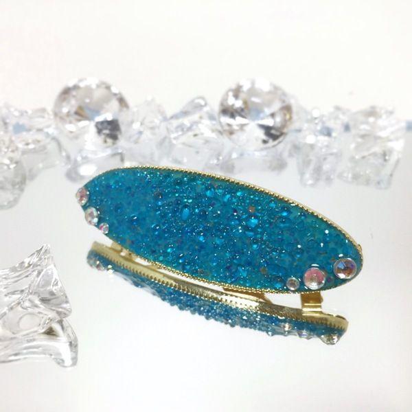 ガラスの光沢を水泡に見立てて、水の中をイメージして作ってみました。角度を変えるとガラスの反射がキラキラして、ヘアアレンジの良いアクセントになると思います。●カラー:青●サイズ:横8.5cm 縦3.5cm●素材:レジン・金属・ラインストーン・ガラスカレット●注意事項:髪を止める際に指を挟まないように注意して下さい。歯車のモチーフに髪を引っ掛けないように注意して下さい。レジン液は性質上長時間日光に当たると変色する恐れがありますのでご了承ください。金属やレジン等でアレルギー反応が出た場合は使用を控えて下さい。●作家名:唄兎#髪飾り #ヘアアイテム #レディース #ハンドメイドバレッタ #バレッタ #ヘアバレッタ #キラキラ #大人かわいい #上品 #ヘッドアクセ #ハンドメイドレジン #レジンアクセサリー #レジンクラフト #透明感 #ジュエリークラフト #キラキラ #大人かわいい #可愛い #上品 #ヘッドアクセ #エレガント #成人式 #和服 #和装 #着物 #結婚 #まとめ髪 #ハンドメイド #handmade…