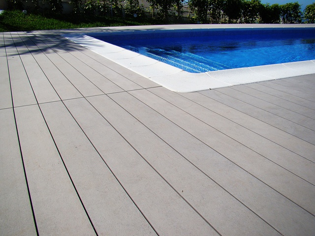 DecorCentral | Mobiliario y decoración - Elegancia y sobriedad en vivienda unifamiliar #pavimento #parquet #piscina #exterior
