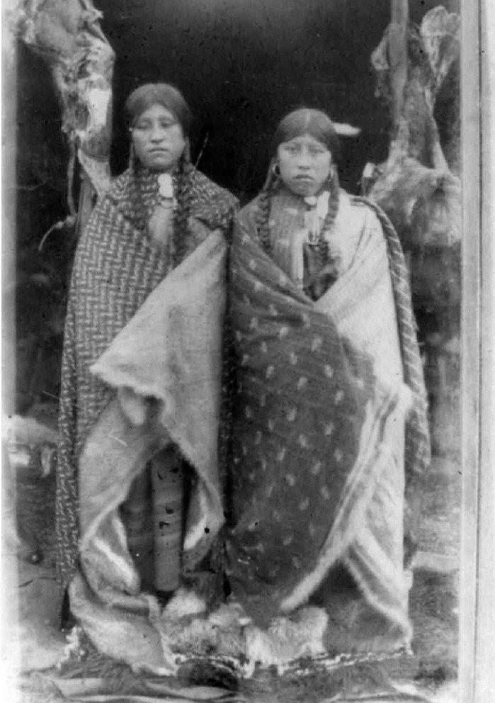 1899 Santa Cruz, Mujeres Tehuelches, 'Wtetinkone (Antonia Ness) y su hermana Chamkusuwun hijas de tehuelche y padre irlandés