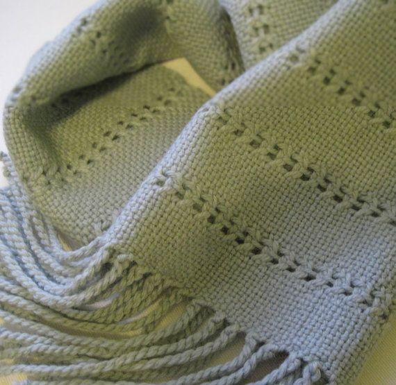 Si vous n'avez jamais essayé armure gaze sur votre rigide Heddle Loom... Voici un endroit idéal pour commencer!  Mon écharpe simple est rapide à tisser avec du fil de laine peignée facilement disponibles. Mon patron donne des instructions claires sur la façon de tisser le modèle point de gaze qui crée la délicate dentelles «voies» dans le tissu.  Ai-je mentionné le mot «détente»?... absolument! Le rythme de la tigré weave et la formation de la main au point de gaze simple est une…